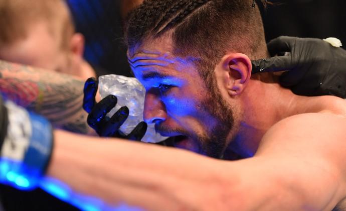 Brandon Thatch recebe cuidados de sua equipe (Foto: Getty Images)