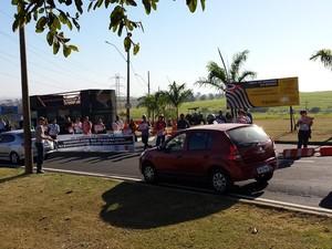 Protesto de trabalhadores da Unicamp fecha entrada da universidade em Campinas (Foto: STU)