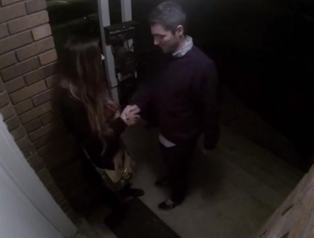 Rapaz 'levou fora' de garota em frente a casa e vídeo acabou virando sensação na web (Foto: Reprodução/YouTube/David Collins)