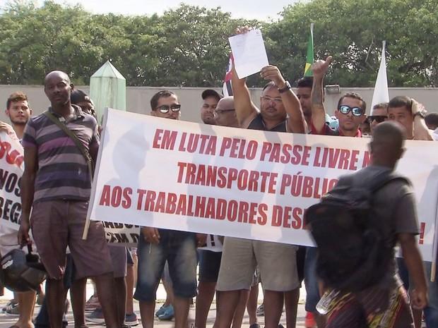 Grupo de desempregados protestou em frente à Prefeitura de Cubatão, SP (Foto: Reprodução/TV Tribuna)