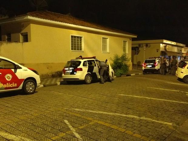 Policiais foram ao local após denúncia (Foto: Rodrigo Big/Vanguarda Repórter)