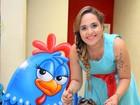 Coisa de mãe: Perlla se veste de Galinha Pintadinha para festa da filha