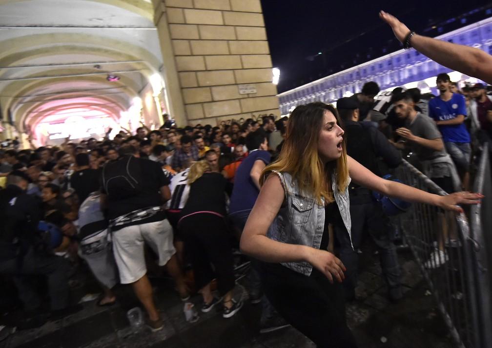 Correria e cenas de pânico neste sábado (3) na Praça San Carlo, na Itália (Foto: REUTERS/Giorgio Perottino)