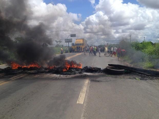 Manifestantes fizeram uma barricada e fecharam as duas pistas da BR-316 (Foto: Gilcilene Araújo)