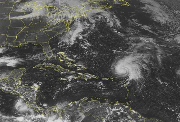 Imagem do satélite NOAA nesta quinta (29) mostra o furacão Ophelia a nordeste das ilhas do Caribe (Foto: AP/Weather Underground)