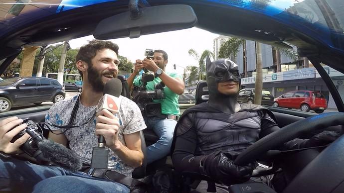 Que tal pegar uma carona com o homem-morcego?  (Foto: Divulgação / TV Gazeta ES)