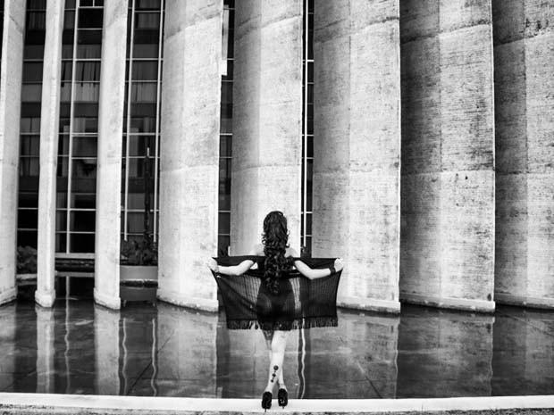 Modelo posando para o projeto 'Ideias Nuas' em frente ao Palácio da Justiça (Foto: Henrique François/Divulgação)