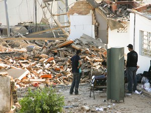 Policiais do Tigre observam destruição em sede. (Foto: Jonathan Lins/G1)