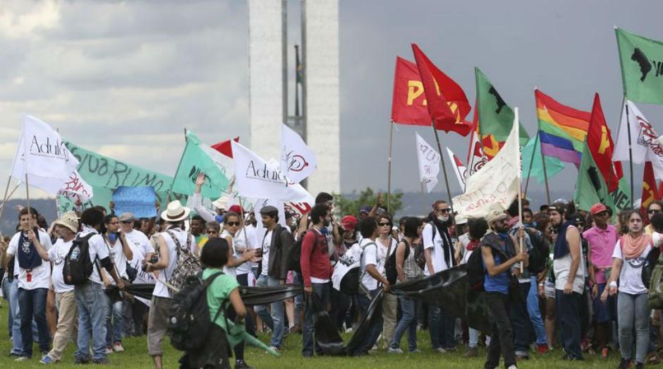 Cerca de 10 mil pessoas participam de manifestação, de acordo com a Secretaria de Segurança Pública do Distrito Federal (Foto: Wilson Dias / Agência Brasil)
