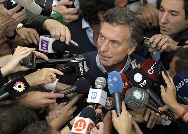Mauricio Macri, vice-líder nas pesquisas, aparece para votar nas eleições presidenciais da Argentina (Foto: Juan Mabromata/AFP)