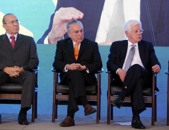 O presidente do Brasil, Michel Temer (c) e os ministros Eliseu Padilha (e) e Moreira Franco (d) (Foto:   Fátima Meira/Futura Press)