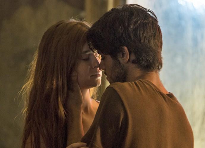 Jonatas fica de boca aberta ao ver Eliza de vestido e acaba roubando um beijo da ruivinha (Foto: Felipe Monteiro / Gshow)