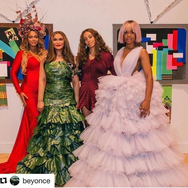Tina posa com as filhas, Beyoncé e Solange (Foto: Reprodução/Instagram)