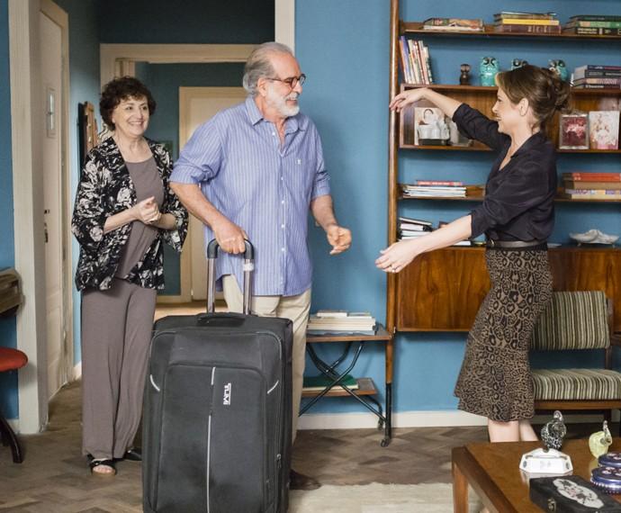 Oswaldo se muda para a casa de Hilda (Foto: Globo/ Tata Barreto)