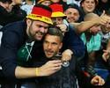 Podolski não joga, mas faz a festa com a torcida e tira até selfies no estádio