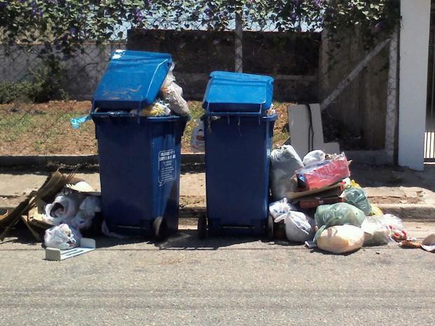 Em rua da Zona Oeste, contêineres estão lotados e sacos de lixo são colocados no chão (Foto: Vivian Marchetti/TEM Você)