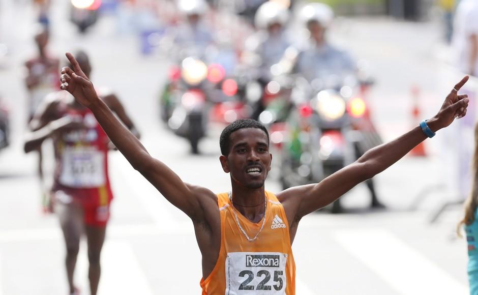 Dawit Admasu, da Etiópia, venceu a prova masculina da Corrida de São Silvestre com o tempo de 45min04s nesta quarta-feira, em São Paulo