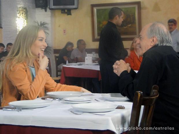 Encantada, Angélica conversa com Ary Fontoura sobre a carreira do ator (Foto: Estrelas/TV Globo)