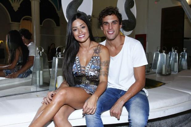 Aline Riscado e Felipe Roque vão ao teatro no Rio (Foto: Alex Palarea/Divulgação)