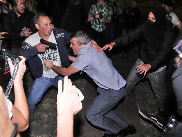 Manifestantes agridem e roubam arma do coronel Reynaldo Rossi durante confronto no Terminal D. Pedro, no Centro (Foto: Iacio Teixeira/Coperphoto/Estadão Conteúdo)