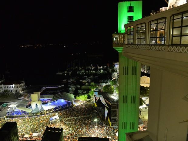 Praça Cayru, em Salvador, ficou lotada para festas desta segunda-feira (Foto: Elias Dantas/ Ag. Haack)