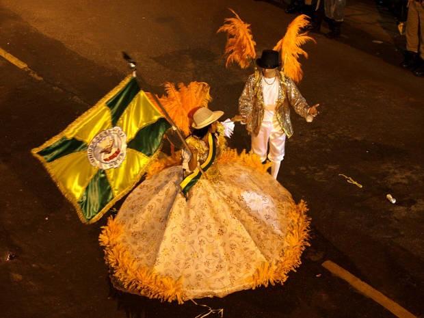 Mestre-sala e porta-bandeira da escola de Samba Unidos da Brasília, de Cametá, desfila no carnaval de 2012. (Foto: Rodolfo Oliveira/Agência Pará)