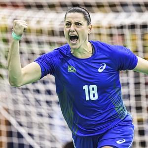 Duda Amorim em ação contra a Angola pela seleção brasileira de handebol (Foto: Inovafoto)