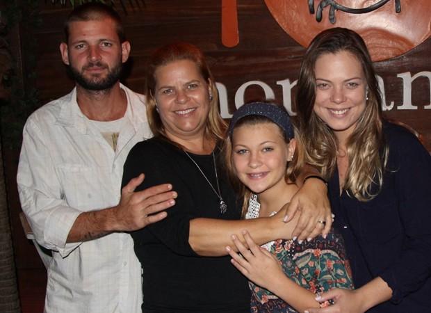 Nikki Meneghel com a mãe, Michele, e os irmãos, Pedro e Paloma (Foto: Divulgação)