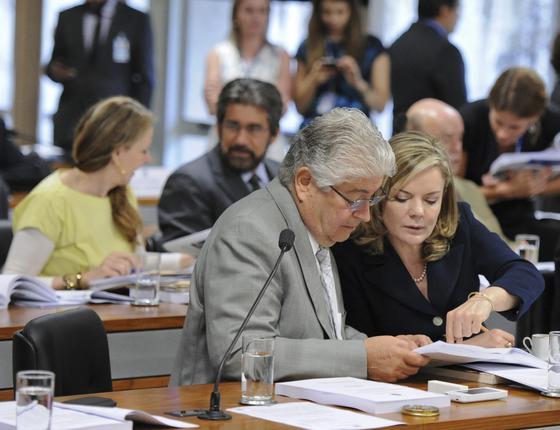 Os senadores Roberto Requião (PMDB-PR) e Gleisi Hoffmann (PT-PR) (Foto: Edilson Rodrigues/Agência Senado)