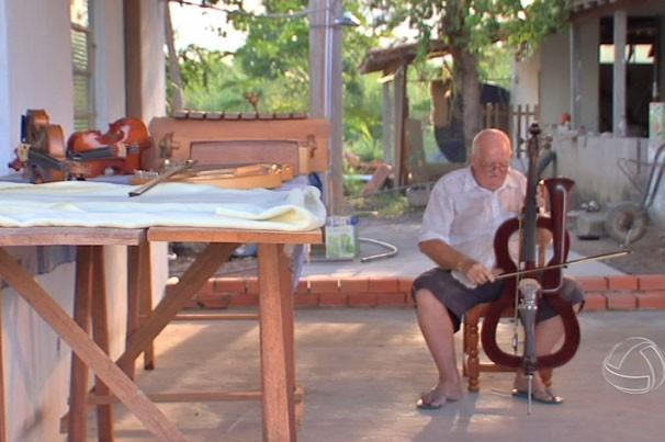 Neste sábado (13) no É Bem MT você vai conhecer a história de um Luthier Mato Grossense (Foto: Reprodução/TVCA)