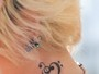 Paris Jackson exibe nova tatuagem no pescoço