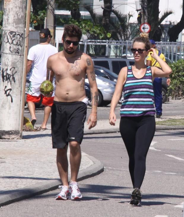 Juliana Didone e namorado caminhando (Foto: Gabriel Rangel / Agnews)