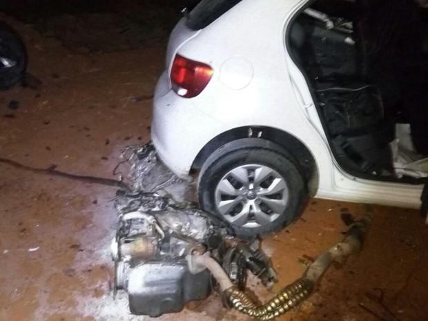 Parte do motor foi arrancado com a batida (Foto: Divulgação / Corpo de Bombeiros)
