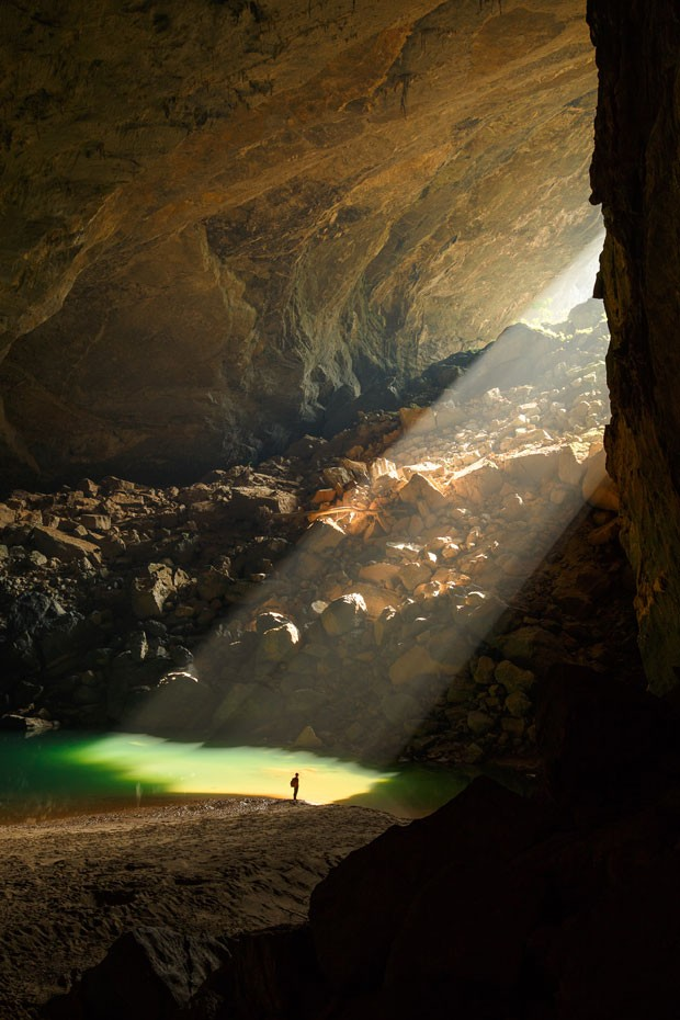 Homem na caverna de Son Doong; são 150 m de altura (Foto: Ryan Deboodt/Divulgação/Oxalis)