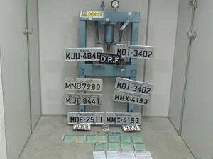 Polícia encontrou máquina e placas em galpão de Campina Grande (Foto: Divulgação/2ªDRPC)