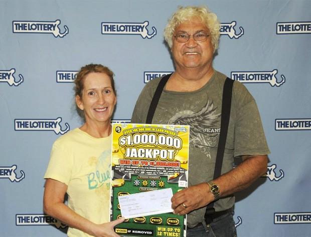 Joanne e Joseph Zagami quase perderam um prêmio de R$ 2 milhões depois de jogarem uma raspadinha no lixo por acidente (Foto: Divulgação/Massachusetts State Lottery)