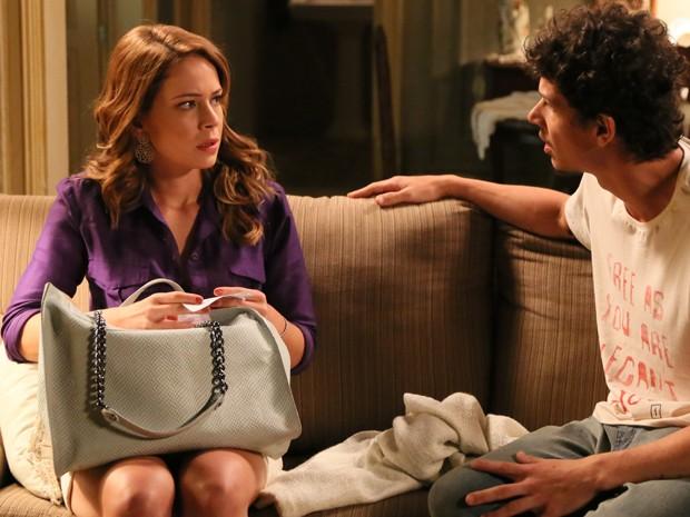 Cristina fica muito preocupada com Cora (Foto: Carol Caminha/Gshow)