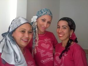 Mulheres aprendem formas diversas de usar lenço durante quimioterapia. (Foto: Mayana Esteves/Divulgação)