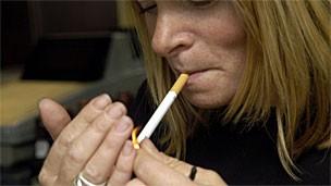 Fumo também estaria associado a maior risco de doenças cardíacas (Foto: BBC)