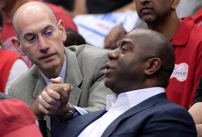 Basquete NBA - Adam Silver e Magic Johnson assistem Oklahoma City Thunder x Los Angeles Clippers (Foto: AP)