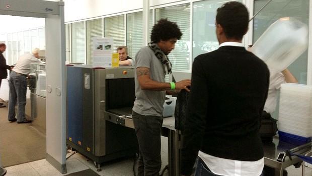 Dante embarque Brasil seleção (Foto: Divulgação)