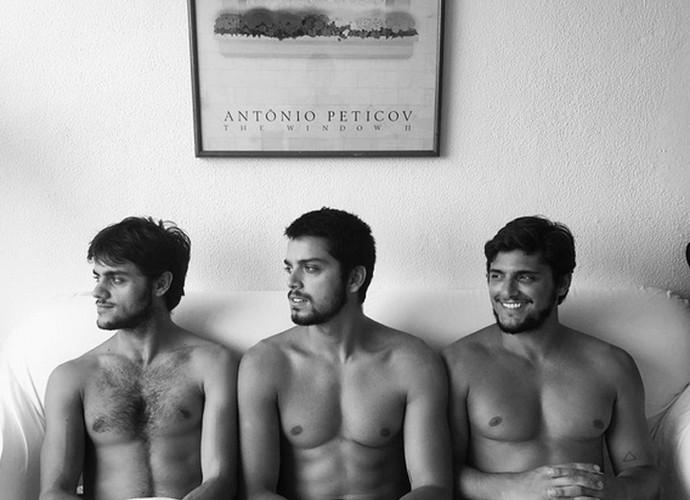 Foto de Rodrigo Simas com os irmãos sem camisa bombou nas redes sociais (Foto: Arquivo Pessoal)