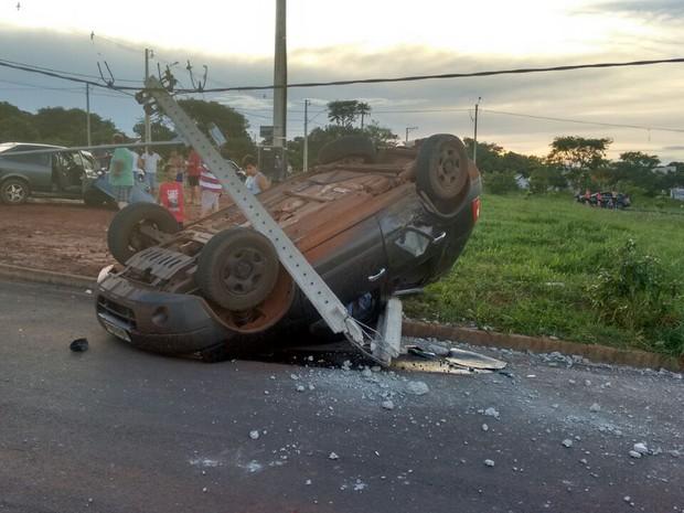 Carro capotou em avenida de Borborema (Foto: Aislan Cavalini/Corpo de Bombeiros)