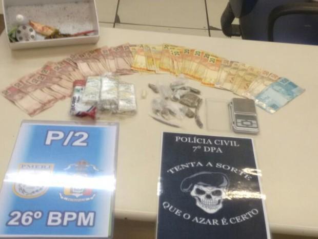 Polícia encontra drogas, material para endolação e R$ 850 em dinheiro em casa no Caxambu (Foto: Divulgação / Polícia Civil)