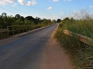 Veículos tendem a esperar na cabeceira da ponte atual para prosseguir a travessia (Foto: Jeferson Guedes/G1)