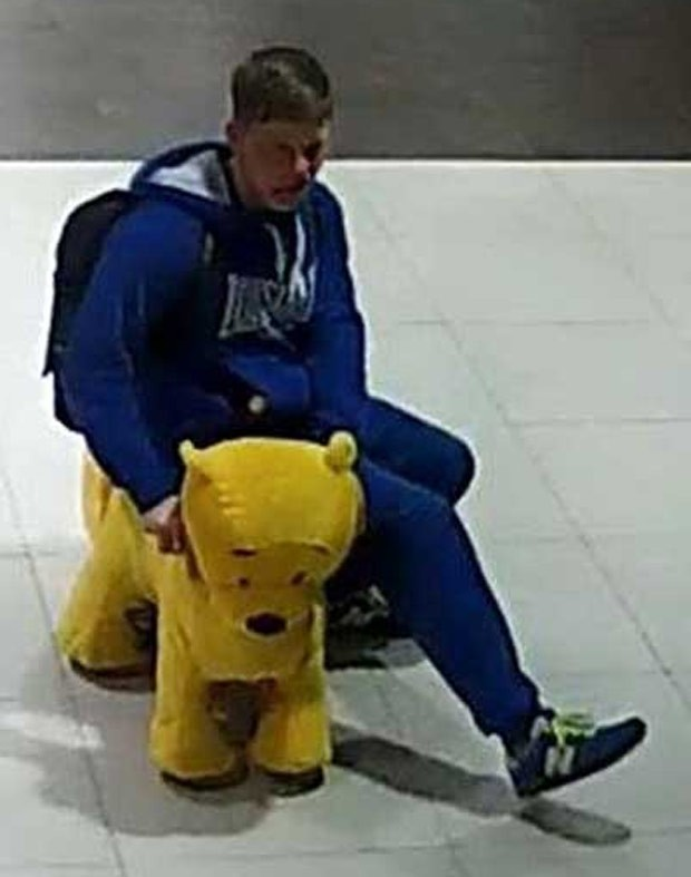Jovem roubou ursinho elétrico de shopping center em Minsk. (Foto: Reprodução/YouTube/ГУВД Мингорисполкома)