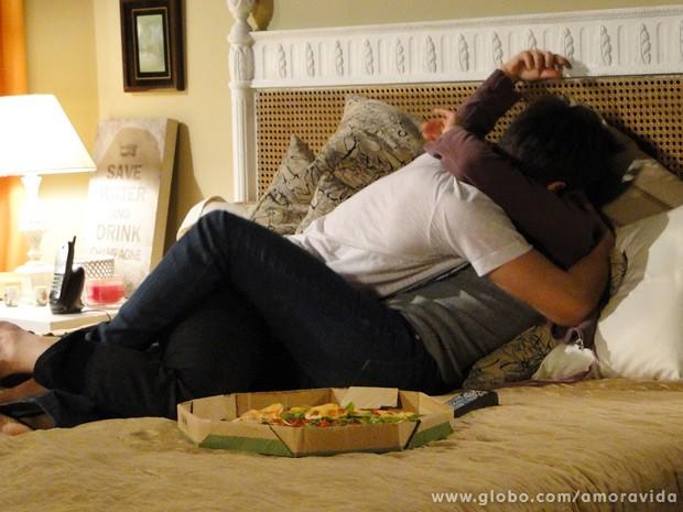 Joana e Luciano se pegam com vontade... (Foto: Amor à Vida / TV Globo)