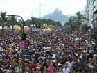 Simpatia é Quase Amor arrasta foliões em desfile na orla de Ipanema