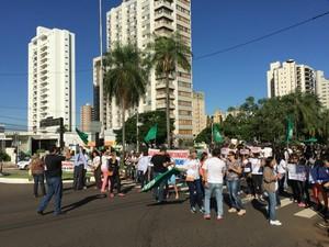 Professores fecharam trecho da avenida Afonso Pena em frente à prefeitura (Foto: Gabriela Pavão/ G1 MS)