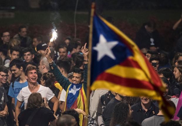 Multidão se reúne em praça de Barcelona para esperar pelo final da votação sobre a independência da Catalunha (Foto: Dan Kitwood/Getty Images)